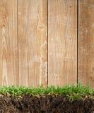 Hölzernes Feld im Gras Lizenzfreie Stockbilder