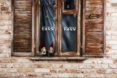 Hölzernes Fenster auf Backsteinmauer Stockfoto