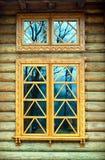 Hölzernes Fenster auf der Protokollwand Lizenzfreie Stockbilder