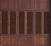 Hölzernes Fenster auf hölzerner Wand Stockbilder