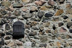 Hölzernes Fenster auf Steinwand stockfoto