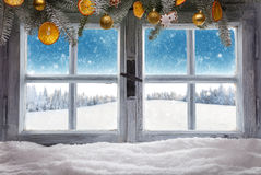 Hölzernes Fenster der Weinlese übersehen Winterlandschaft Stockfoto