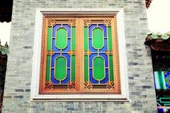 Hölzernes Fenster des traditionellen Chinesen in der Backsteinmauer, asiatisches klassisches hölzernes Fenster in China Lizenzfreie Stockfotos