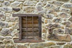 Hölzernes Fenster eines verlassenen Hauses Stockfotografie