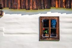 Hölzernes Fenster gebleichtes weißes Häuschen, Slowakei Stockfotografie