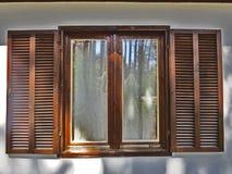 Hölzernes Fenster gemacht von den hölzernen Planken Lizenzfreies Stockbild