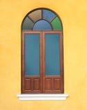 Hölzernes Fenster mit buntem Glas Lizenzfreies Stockbild