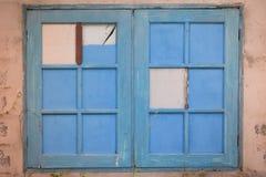 Hölzernes Fenster mit dem Rahmen gemalt in der blauen Farbe CR2 Stockbild