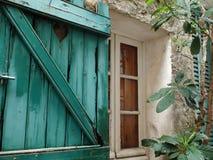 Hölzernes Fenster mit offenen hölzernen Fensterläden in alter Stadt Ramatuelle in Provence in Frankreich Lizenzfreie Stockbilder