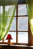 Hölzernes Fenster mit Seeansicht Stockfotografie