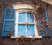 Hölzernes Fenster und Fensterläden Lizenzfreie Stockfotos