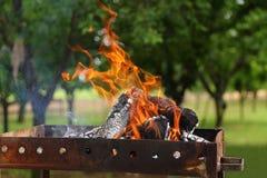 Hölzernes Feuer des brennenden Grills im Freien am Garten stockfotografie