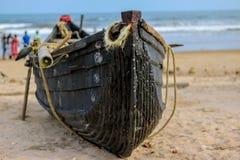 Hölzernes Fischerboot auf einem Seeufer Stockfotografie