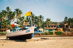 Hölzernes Fischerboot auf Morjim-Strand, Nord-Goa, Indien Lizenzfreies Stockfoto