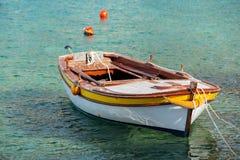 Hölzernes Fischerboot schwimmt in adriatisches Meer Lizenzfreie Stockfotos