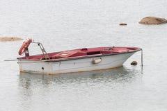 Hölzernes Fischerboot verankerte lizenzfreies stockfoto