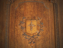 Hölzernes Flachrelief auf der Tür im alten lizenzfreie stockbilder