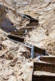Hölzernes gebogenes Treppenhaus, das zu die Spitze führt Stockbilder