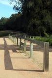 Hölzernes Geländer entlang einem Weg Lizenzfreies Stockfoto