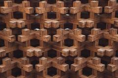 Hölzernes geometrisches Muster und dunkler Hintergrund Lizenzfreie Stockbilder