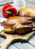 Hölzernes geräuchertes Huhn Gegrilltes Huhn Braten die Türkei mit Gemüse- und Weinglas Rotisseriehuhn Lizenzfreies Stockfoto