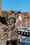 Hölzernes geschnitztes Denkmal zu den Schiffbauern in Whitby Marina lizenzfreie stockfotos