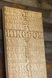 Hölzernes geschnitztes Wort des Lord ` s Gebets auf dem schäbigen hölzernen p Stockfotos