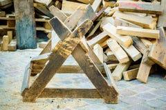 Hölzernes Gestell mit Brennholz herum Lizenzfreie Stockbilder