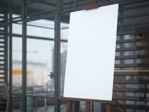 Hölzernes Gestell mit einem leeren weißen Segeltuch im modernen Café Lizenzfreies Stockfoto