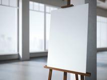 Hölzernes Gestell mit einem leeren weißen Segeltuch im modernen Innenraum Lizenzfreie Stockfotos