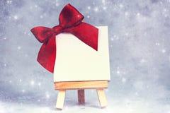 Hölzernes Gestell mit leerem Segeltuch auf Hintergrund Lizenzfreie Stockbilder