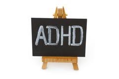 Hölzernes Gestell mit Tafel mit Buchstaben ADHD Stockfotografie