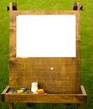 Hölzernes Gestell mit Weißbuch auf dem Gras Stockfoto