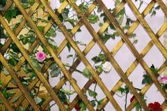 Hölzernes Gitter des Hintergrundes für Betriebsraute, rautenförmiges Viereck des hölzernen Gitters lizenzfreies stockfoto