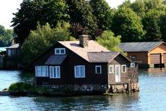 Hölzernes Häuschen auf einer kleinen Insel Stockbild