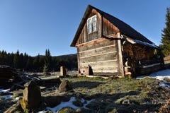 Hölzernes Häuschen in den Bergen Lizenzfreie Stockfotografie