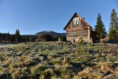 Hölzernes Häuschen in den Bergen Stockfotos