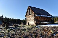 Hölzernes Häuschen in den Bergen Stockbilder