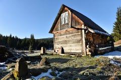 Hölzernes Häuschen in den Bergen Stockbild