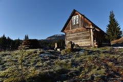 Hölzernes Häuschen in den Bergen Lizenzfreies Stockfoto