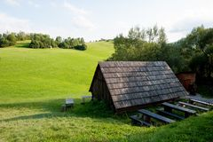 Hölzernes Häuschen und grünes Gras in der Mitte von Nirgendwo Stockfotografie