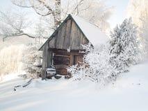 Hölzernes Häuschen unter Schnee Stockfotografie