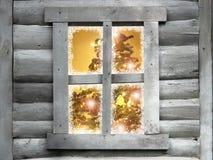 Hölzernes Hüttenfenster mit Weihnachtsbaum Lizenzfreies Stockbild