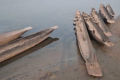 Hölzernes handgemachtes Kanu mit umgekehrten Sitzen unten auf der Flussbank, Fotografie von oben Stockbilder