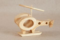 Hölzernes handgemachtes Spielzeug - Flugzeughubschrauber stockbild