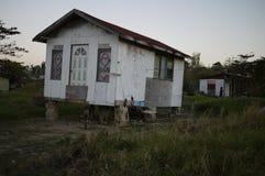 Hölzernes Handgestalthaus auf Ziegelsteinen Lizenzfreies Stockbild