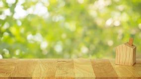 Hölzernes Haupthandwerk auf hölzerner Tabelle mit bokeh Baumhintergrund Stockbilder