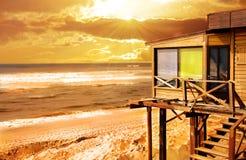 Hölzernes Haus auf dem Sonnenuntergang Lizenzfreies Stockfoto