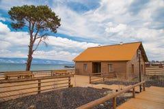 Hölzernes Haus auf dem Strand Stockbilder
