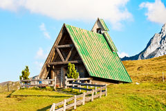 Hölzernes Haus auf einem Hügel Lizenzfreies Stockbild